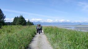 Grupo que hace excursionismo las montañas 6 de los prados del alza imágenes de archivo libres de regalías