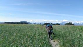 Grupo que hace excursionismo las montañas 2 de los prados del alza foto de archivo
