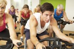 Grupo que participa na classe de giro no Gym imagens de stock