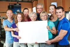 Grupo que sostiene el cartel vacío Fotos de archivo