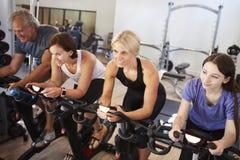 Grupo que toma a classe da rotação no Gym imagem de stock