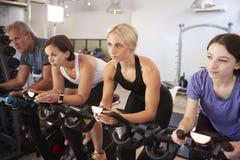 Grupo que toma a classe da rotação no Gym fotografia de stock
