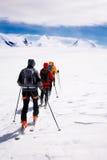 Grupo que viaja a esquiadores Foto de archivo libre de regalías