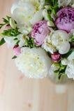 Grupo rico da peônia branca e cor-de-rosa no fundo de madeira Fotografia de Stock Royalty Free