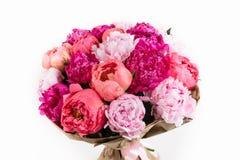 Grupo rico das peônias e das rosas de chá no fundo branco Imagem de Stock