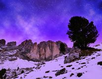 Grupo Sassolungo Langkofel da montanha no céu noturno Tirol sul, Itália fotos de stock royalty free