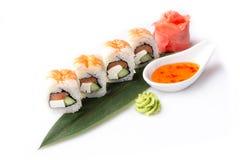 Grupo sedutor apetitoso de rolos de sushi com camarão apresentados em uma folha da banana Fotos de Stock