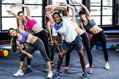 Grupo sonriente apto que hace ejercicio Imagen de archivo libre de regalías