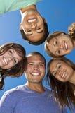 Grupo sonriente de adultos jovenes multirraciales Imagen de archivo libre de regalías