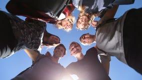 Grupo sonriente de amigos adolescentes en círculo almacen de metraje de vídeo