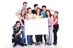 Grupo sonriente de amigos con la bandera Fotos de archivo