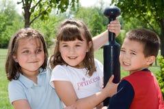 Grupo sonriente de niños en el parque Imagen de archivo libre de regalías