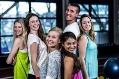 Grupo sonriente del bailarín que presenta junto Imagenes de archivo