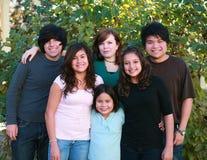 Grupo sonriente delante de arbustos Fotografía de archivo