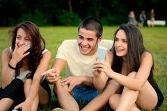 Grupo sorprendente de amigos que toman la foto del evento imagen de archivo libre de regalías