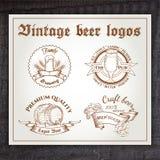 Grupo tirado mão do vintage do vetor de logotipo da cerveja sobre Fotos de Stock