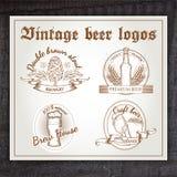 Grupo tirado mão do vintage do vetor de logotipo da cerveja sobre Fotografia de Stock Royalty Free