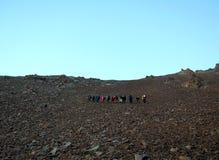 Grupo turístico que camina a un paso de montaña Imagenes de archivo