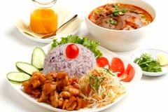 Grupo vietnamiano do almoço de arroz com carne e salada fritadas foto de stock