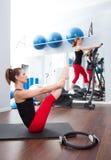 Grupo y crosstrainer de las mujeres del gimnasio de los pilates de los aeróbicos Fotografía de archivo libre de regalías