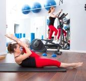 Grupo y crosstrainer de las mujeres del gimnasio de los pilates de los aeróbicos Imágenes de archivo libres de regalías