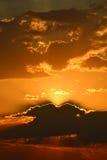 Grupos bonitos do sol atrás do horizonte foto de stock royalty free