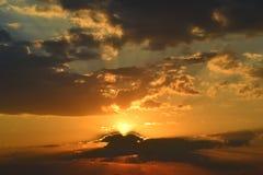 Grupos bonitos do sol atrás do horizonte Imagem de Stock