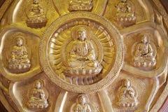 Grupos da estátua dourada da Buda, estuque na parede chinesa do templo em Dragon Temple imagem de stock