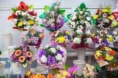 grupos da flor azul amarela branca cor-de-rosa e grande vermelha cor-de-rosa alaranjada fresca grande da camomila do gerbera do c fotografia de stock