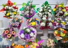 grupos da flor azul amarela branca cor-de-rosa e grande vermelha cor-de-rosa alaranjada fresca grande da camomila do gerbera do c fotografia de stock royalty free