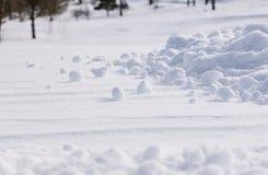 Grupos da neve dispersados Fotografia de Stock Royalty Free