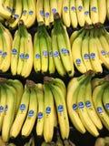 Grupos de bananas de Chiquita para a venda em um departamento do produto de uma mercearia fotos de stock
