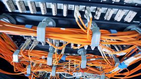 Grupos de cabos alaranjados conectados aos servidores video estoque