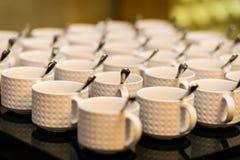 Grupos de chá, copos de café branco da coleção, bufete, abastecendo Imagens de Stock