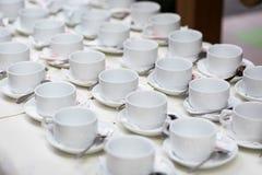 Grupos de chá, copos de café branco da coleção, bufete, abastecendo Foto de Stock Royalty Free