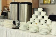 Grupos de chá, copos de café branco da coleção, bufete, restauração, placas Imagens de Stock