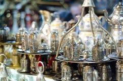 Grupos de chá tradicionais no bazar turco Fotos de Stock