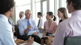 Grupos de empresários em reuniões de sessão de reflexão video estoque