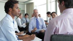 Grupos de empresarios en reuniones de reflexión almacen de metraje de vídeo