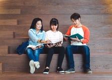 Grupos de estudantes adolescentes asiáticos que estudam junto na universidade Foto de Stock Royalty Free