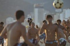 Grupos de homens brasileiros novos que jogam Altinho Beac Imagem de Stock