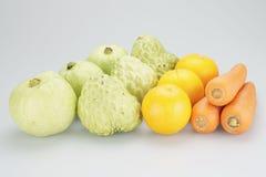 Grupos de laranjas e de cenouras da goiaba da maçã de creme Foto de Stock