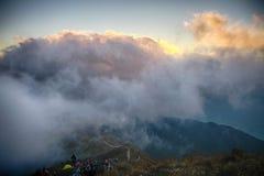 Grupos de pessoas que esperam o nascer do sol Foto de Stock Royalty Free
