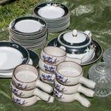 Grupos de placas, pratos, bacias de sopa na venda de garagem Fotos de Stock Royalty Free
