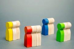 Grupos de povos de madeira coloridos O conceito da segmentação do mercado Público-alvo, cuidado do cliente Grupo do mercado de co foto de stock