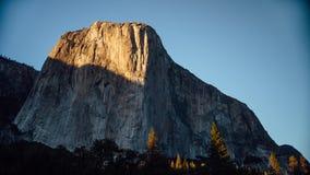 Grupos de The Sun sobre o EL Capitan no vale de Yosemite, Califórnia filme