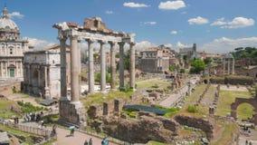 Grupos de turistas que disfrutan de viaje interesante en el museo de Roman Forum, haciendo turismo almacen de video