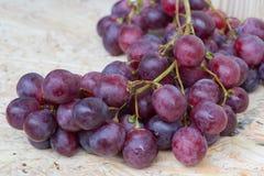 Grupos de uvas vermelhas imagens de stock