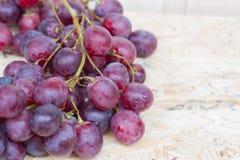 Grupos de uvas vermelhas fotos de stock royalty free
