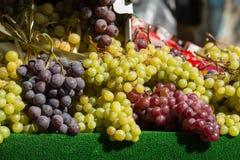 Grupos de uvas vermelhas e brancas Fotos de Stock Royalty Free